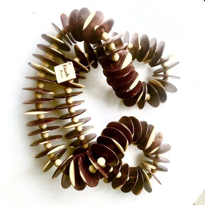 colar para decoração feito com madeira violeteira