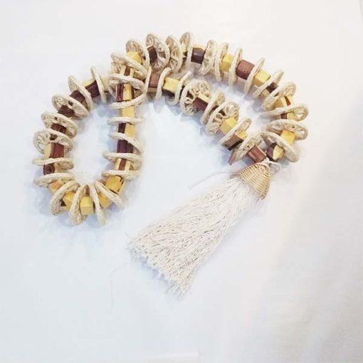 colar decorativo de madeira e crochet de sisal