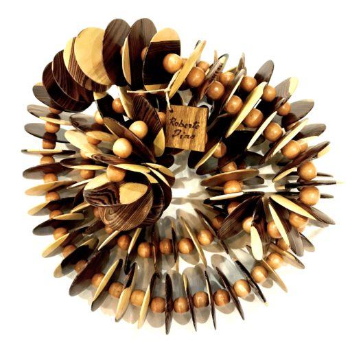 Colar para decoração feito com madeira