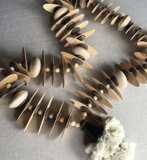 Colar decorativo em madeira e cerâmica, intercalado com discos de coco polido, da coleção Tramas da Natureza